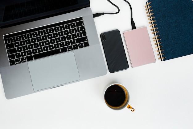 Rosa externe festplatte, die an einen laptop angeschlossen wird Premium Fotos