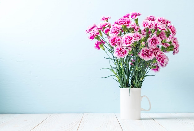 Rosa frühlingsblume auf hölzernem hintergrund Premium Fotos