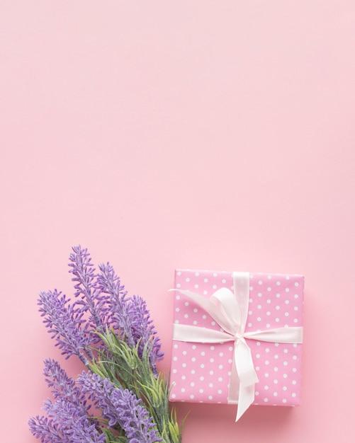 Rosa geschenk mit lavendel und kopienraum Kostenlose Fotos