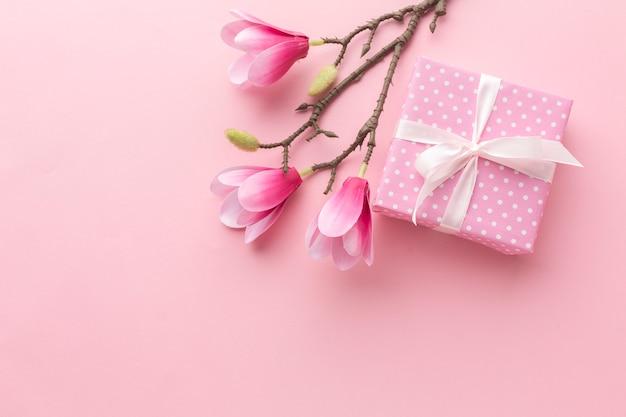 Rosa geschenk mit magnolie und kopienraum Premium Fotos