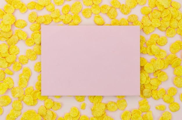 Rosa karte, umgeben von cornflakes Kostenlose Fotos