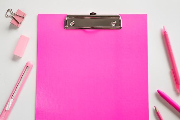 Rosa klemmbrett und grundlegendes briefpapier Kostenlose Fotos