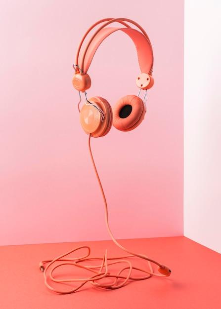 Rosa kopfhörer mit kabelfliegen Kostenlose Fotos