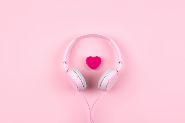 Rosa kopfhörer und herz auf rosa hintergrund Premium Fotos