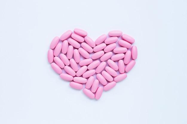 Rosa medizinpillen auf weißem hintergrund. Premium Fotos