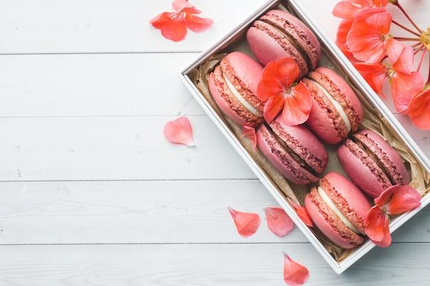 Rosa nachtisch macaron oder makronen in einem kasten Premium Fotos