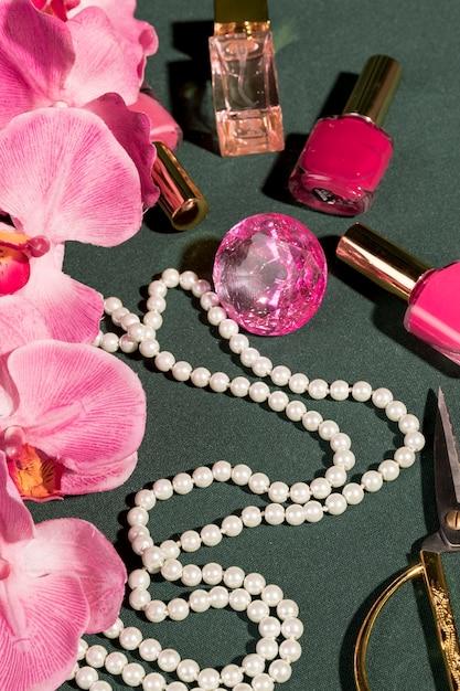 Rosa orchidee nahe bei modemädcheneinzelteilen Kostenlose Fotos