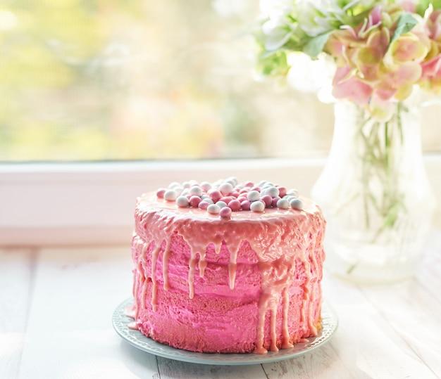 Rosa ostern-kuchen, ein köstliches muttertagsgeschenk, geburtstagsbonbons Premium Fotos