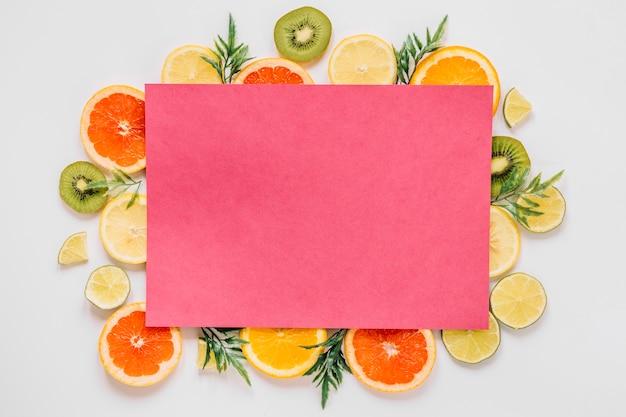 Rosa papier von köstlichen geschnittenen früchten Kostenlose Fotos