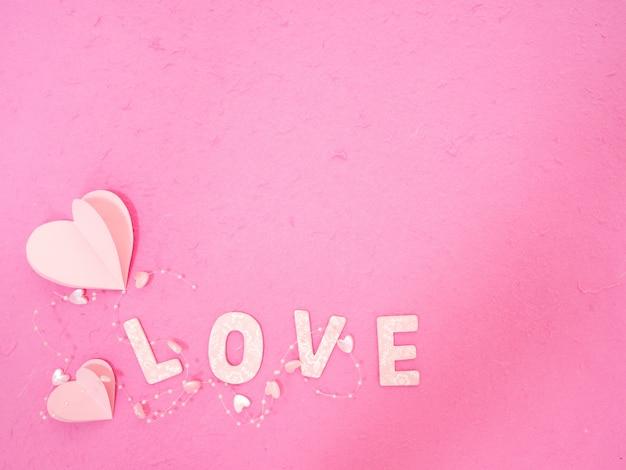 Rosa papierherz mitteilung der liebe Premium Fotos