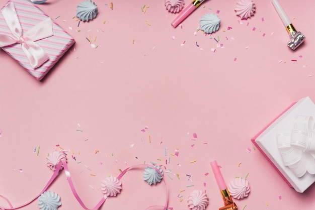 Rosa party hintergrund mit süßigkeiten; party gebläse und lockenband Kostenlose Fotos