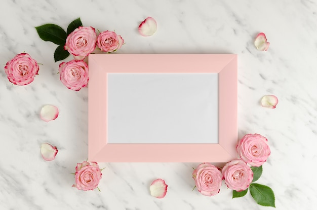 Rosa rahmen mit eleganten rosen Kostenlose Fotos