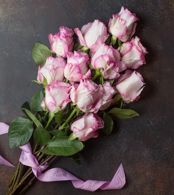 Rosa rosen auf dem tisch Kostenlose Fotos