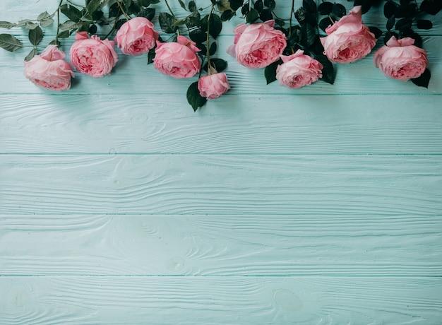 Rosa rosen auf einer blauen tabelle, sommerkonzept Premium Fotos