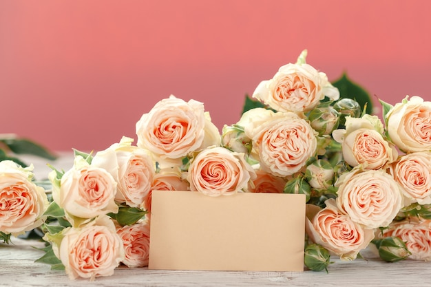 Rosa rosen blüht mit ag für text auf rosa Premium Fotos