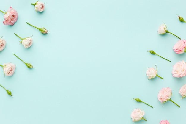 Rosa rosenrahmen mit draufsicht des kopienraumes Kostenlose Fotos