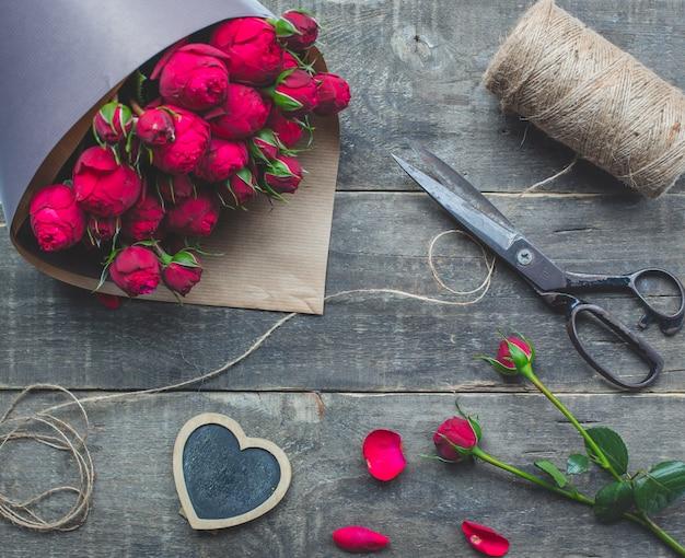 Rosa rosenstrauß in papier eingewickelt. Kostenlose Fotos