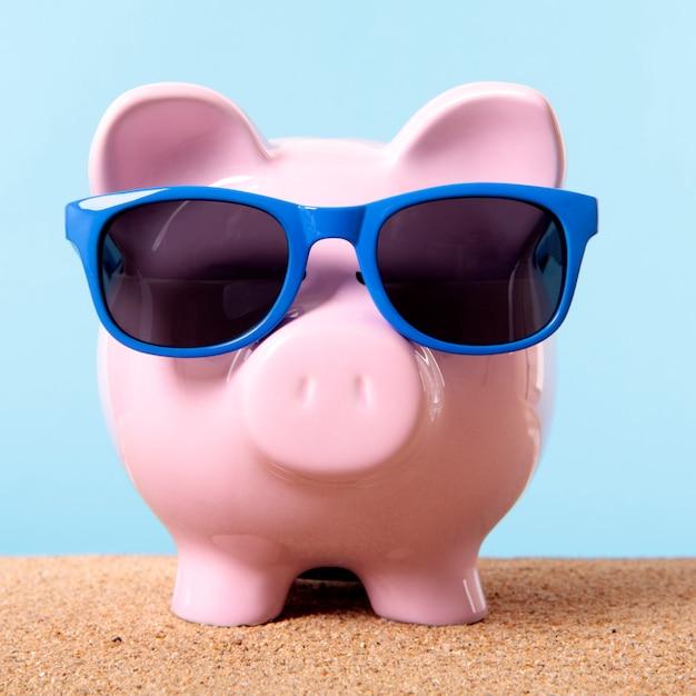 Rosa sparschwein strandreise urlaub ersparnis sonnenbrille. Kostenlose Fotos