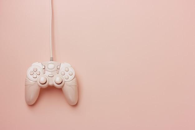 Rosa steuerknüppel getrennt auf einem rosa hintergrund Premium Fotos