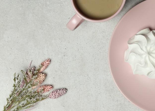 Rosa tasse kaffee, eibisch, blumenstrauß von weißen blumen auf granitbeschaffenheit Premium Fotos