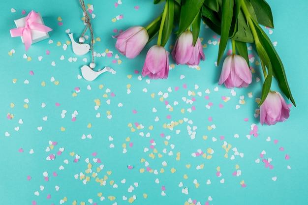 Rosa tulpen mit kleinen vögeln und geschenkbox Kostenlose Fotos