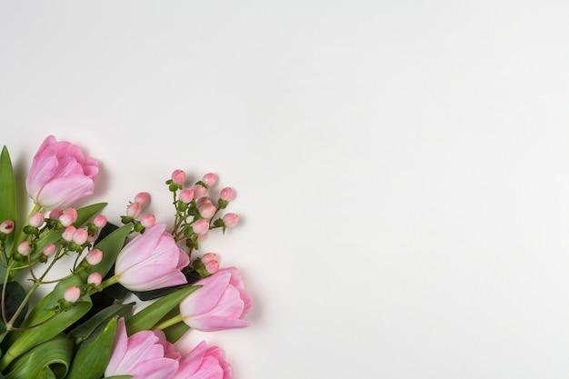 Rosa tulpenblumen auf weißer tabelle Kostenlose Fotos