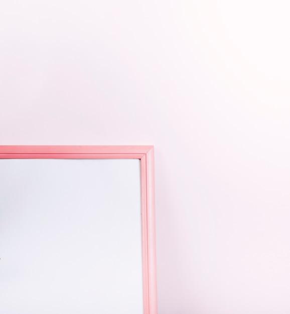 Rosa unbelegter fotorahmen der grenze auf rosa hintergrund Kostenlose Fotos