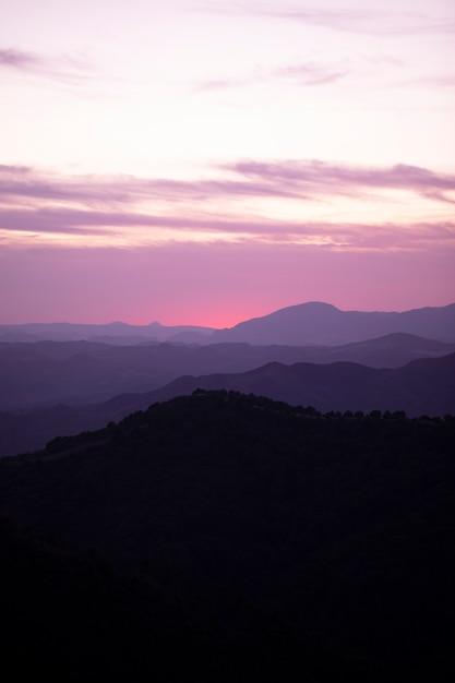 Rosa und blauer himmel mit bergen Kostenlose Fotos