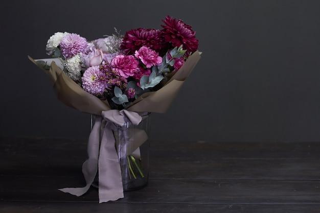 Rosa und purpurroter getonter blumenstrauß in der weinleseart auf dunkelheit Premium Fotos