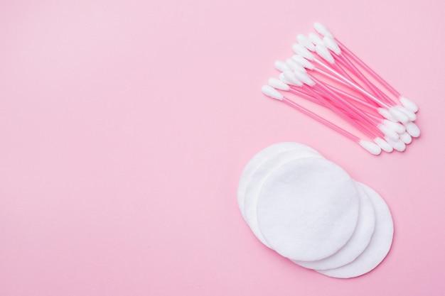 Rosa wattestäbchen und wattestäbchen auf rosa. hintergrund mit exemplar Premium Fotos
