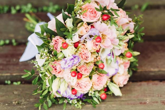 Rosa, weißer und purpurroter rosenbrautblumenstrauß Premium Fotos
