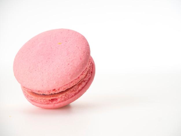 Rosafarbene makrone auf weißem hintergrund Premium Fotos