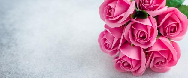 Rosarose blüht blumenstrauß auf steinhintergrund schöne blumen Premium Fotos