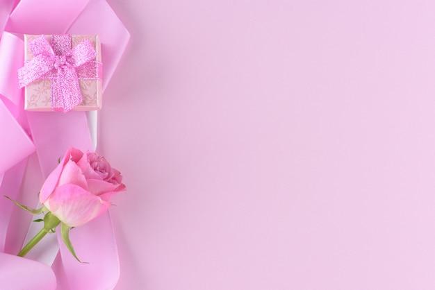 Rosarose und eine geschenkbox, valentinstaghintergrund Premium Fotos