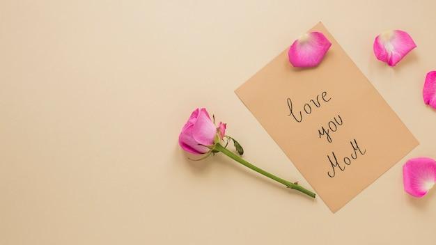 Rosarosenblume mit liebe sie mammaaufschrift Kostenlose Fotos