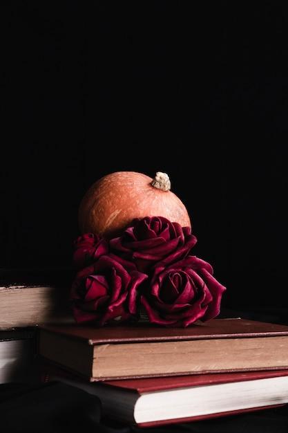 Rosen auf büchern mit kopienraum Kostenlose Fotos
