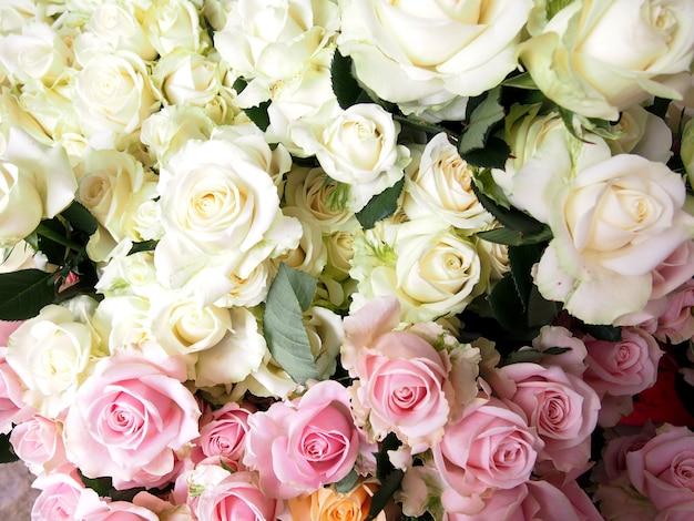 Rosen-blumenstrauß auf bauernhofrosenbereich Premium Fotos