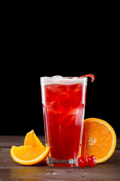 Rosen-cocktail mit eis auf schwarzem Premium Fotos