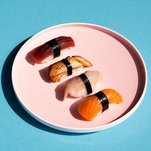 Rosen-platte mit sushi auf blauem hintergrund Kostenlose Fotos