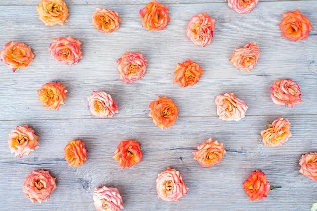Rosen und blumenblätter hintergrund. rosen und blumenblätter zerstreuten auf hölzernen grauen hintergrund Premium Fotos
