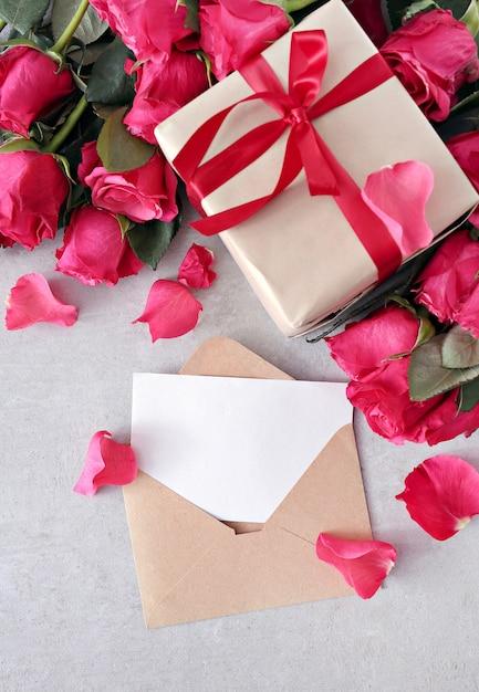 Rosen und geschenkbox für valentinstag Kostenlose Fotos