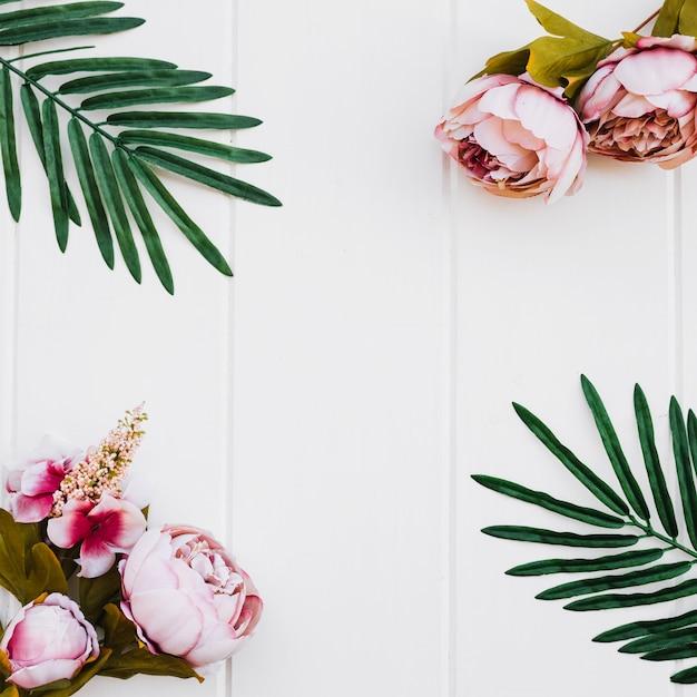Rosen und Pflanzen auf weißem Holz Hintergrund Kostenlose Fotos