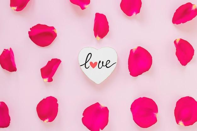 Rosenblätter mit herz für valentinstag Kostenlose Fotos