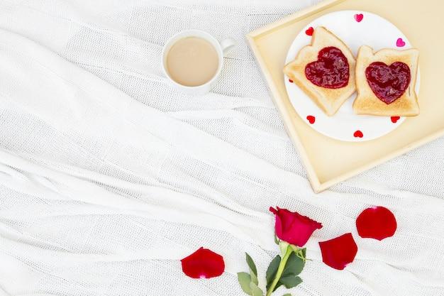 Rosenblume und toast zum frühstück Kostenlose Fotos
