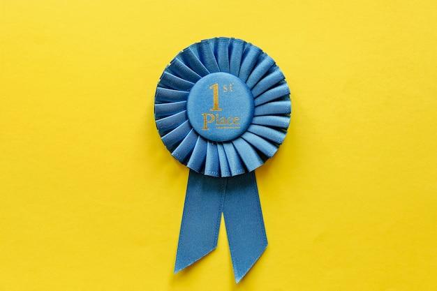 Rosette mit blauem band für den gewinner der ersten platzierung Premium Fotos