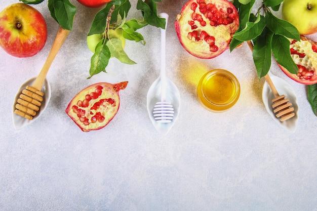 Rosh-haschanah jüdisches neujahrsfeiertagskonzept. äpfel, honig, granatapfel. platz kopieren. zu Premium Fotos