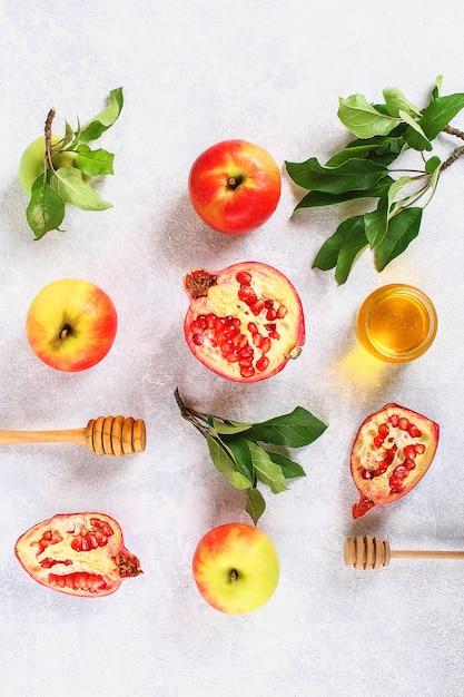 Rosh hashanah jüdisches neujahrsfeiertagskonzept. äpfel, honig, granatapfel. Premium Fotos