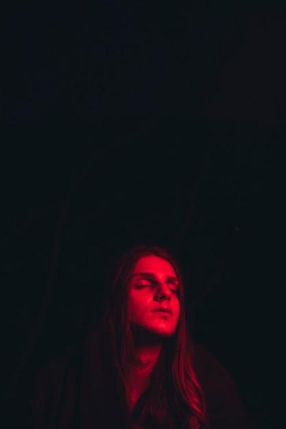 Rot beleuchtete kopf- und kopienraumschwärze Kostenlose Fotos