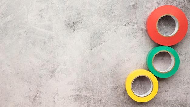 Rot; grünes und gelbes isolierband über betonoberfläche Kostenlose Fotos
