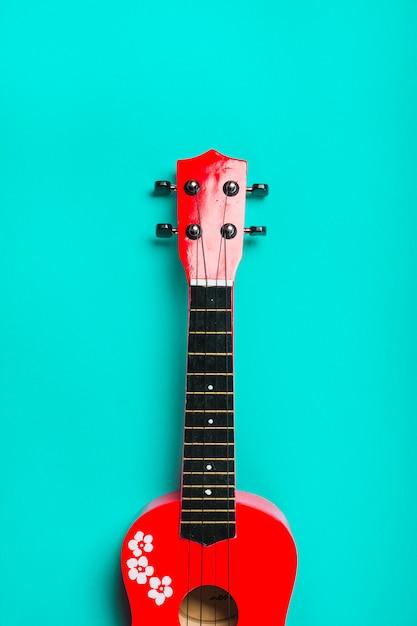 Rote akustische klassische gitarre auf türkishintergrund Kostenlose Fotos